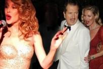 """Il party organizzato per festeggiare i 60 anni del celebre fotografo Mario Testino si è trasformato in una sorta di parata di stelle. Testino è rimasto incantato quando ha visto uscire dalla torta nientemeno che Kylie Minogue. """"Ebbene sì… Sono uscita fuori da una torta cantando Happy Birthday a Mario Testino"""", ha scritto la Minogue continua.."""