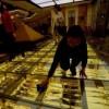 Camminare ed accorgersi che sotto i piedi c'è oro. E' l'esperienza che prova chi entra in un nuovo store cinese di preziosi, ubicato precisamente a Pechino. L'originale store cinese è connotato da un vero drappo d'oro sotto il pavimento trasparente del suo atrio. Si tratta di centinaia di lingotti messi uno vicino all'altro e illuminati. continua..