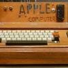 Ieri, a New York, si è svolta un'asta che resterà nella storia visto che ha riguardato uno Apple I pre-assemblato. Sono veramente pochi quelli ancora in commercio. La macchina venne preassemblata da Steve Jobs e Steve Wozniak nel famoso garage dei genitori di Jobs nel 1976. L'Apple I pre-assemblato è stato aggiudicato per la bellezza continua..