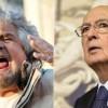 """Il leader del M5S, Beppe Grillo, torna a scagliarsi contro il Capo dello Stato, Giorgio Napolitano. Nelle ultime ore, il comico e politico ligure ha detto: """"Napolitano non si sa più se ci è o se ci fa. Oggi si scaglia contro i vecchi assetti del potere, lui che è incollato alla poltrona parlamentare, europarlamentare, continua.."""