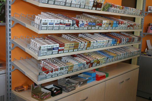 Prezzo sigarette aumenta stangata per fumatori pacchetto for Arredamento tabaccheria usato