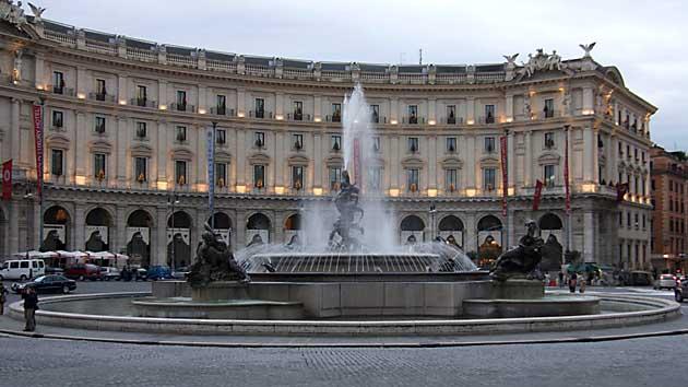 Roma ,Turisti Inglesi Ubriachi Entrano in Fontana delle Naiadi