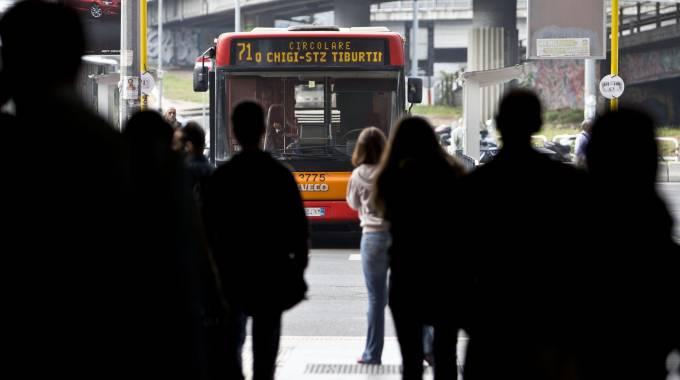 ROMA: ALBANESI PICCHIANO DISABILE SULL'AUTOBUS