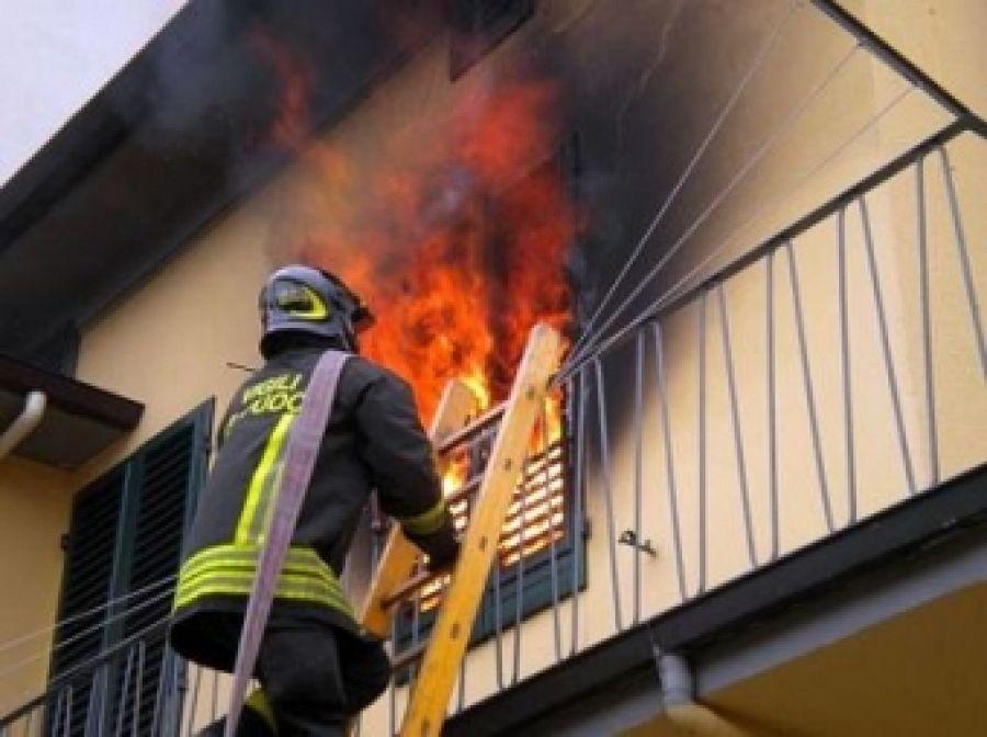 Napoli, Incendio in Appartamento per Sigaretta Accesa: 58enne Muore