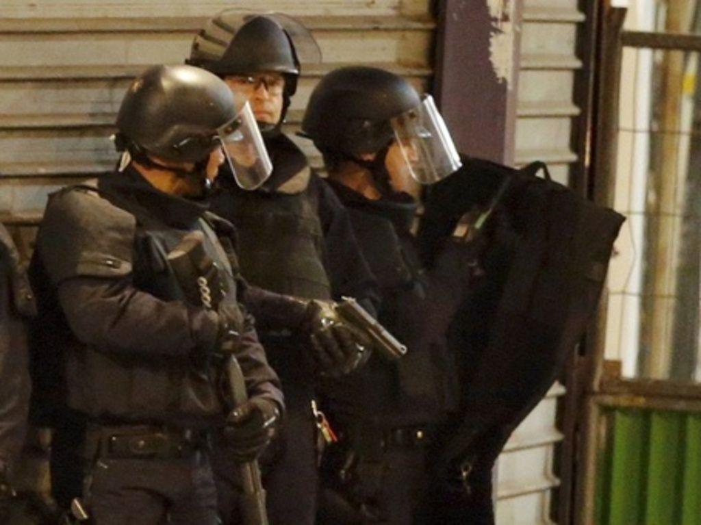 Parigi, Blitz Polizia contro Terroristi: Donna si Fa Esplodere
