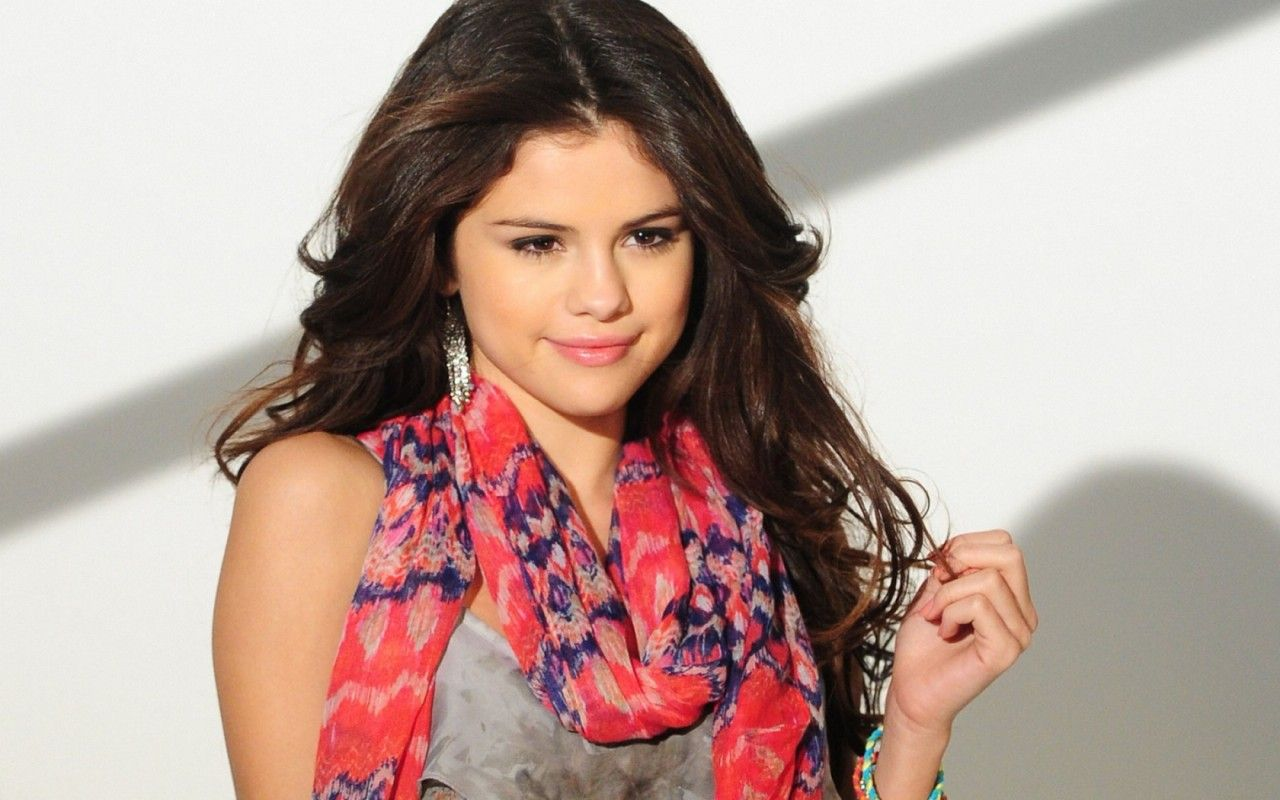 Selena Gomez vuole uscire con uomo maturo