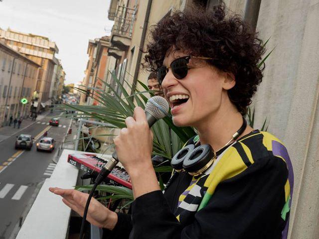 Sara Loreni Canta sul Balcone a Parma: Polizia le Dice di Smettere