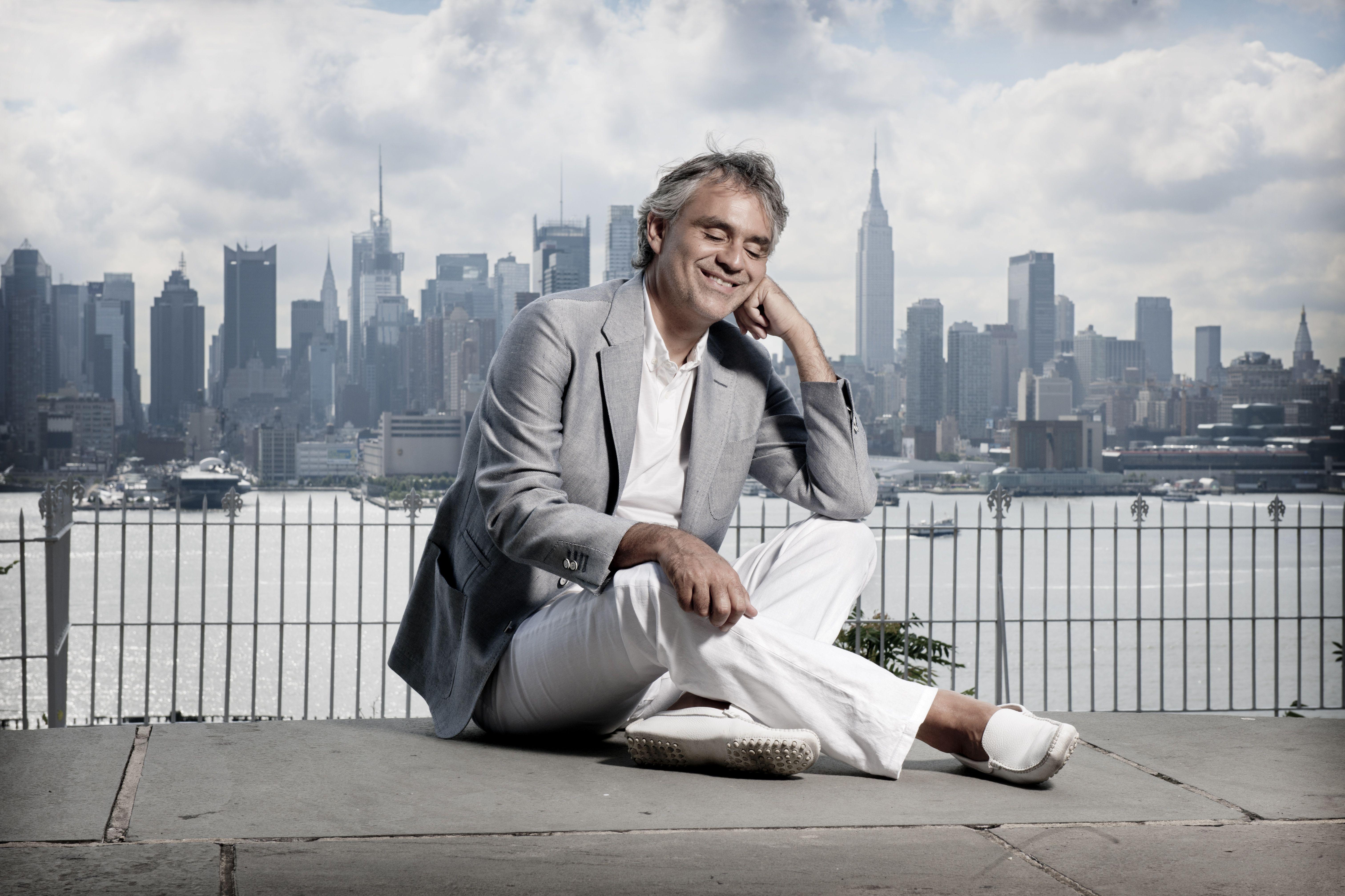 Andrea Bocelli improvvisa concerto a New York per senzatetto