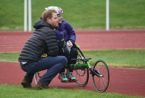 Principe Harry Corre in Aiuto di Atleta Paralimpica