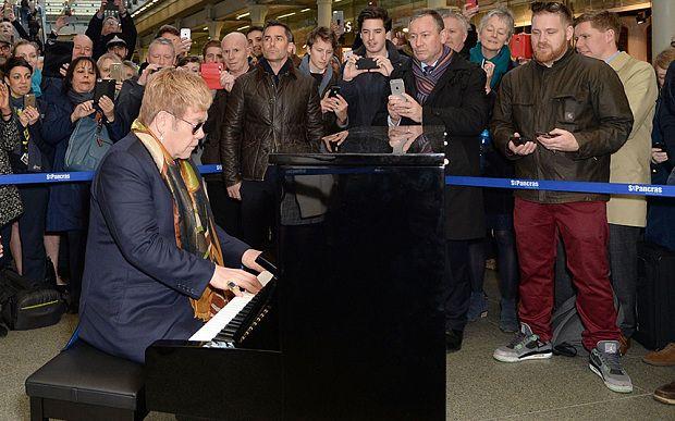 Elton John Suona Pianoforte alla Stazione St Pancras di Londra