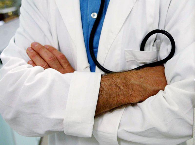 Medico Alterò Pratiche per Favorire Prepensionamenti: Arrestato