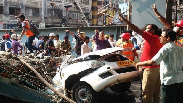 India: viadotto cede: morti e feriti