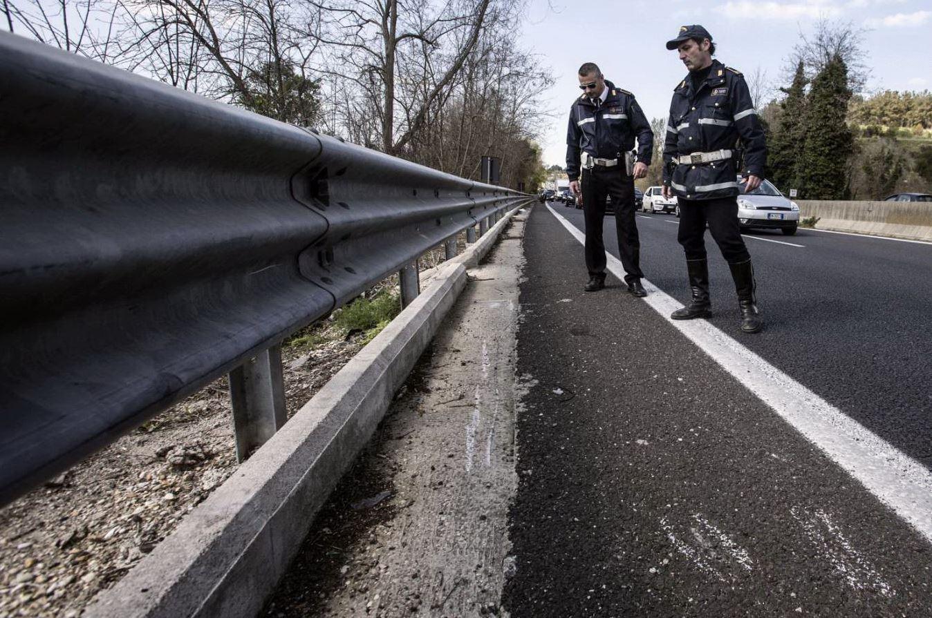Roma, ciclisti travolti da Suv: 76enne muore