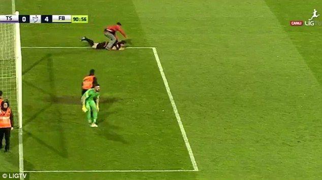 Calcio, arbitro turco assalito in campo