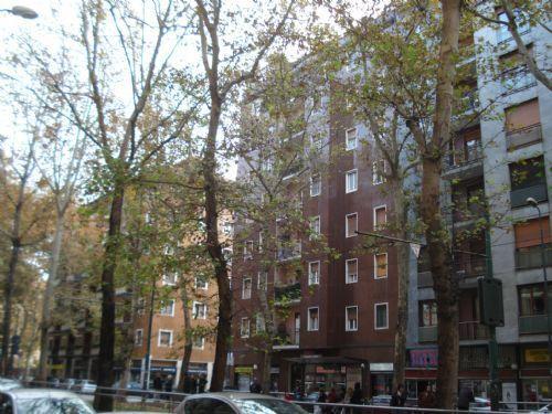 Milano, egiziana lancia figlie dalla finestra