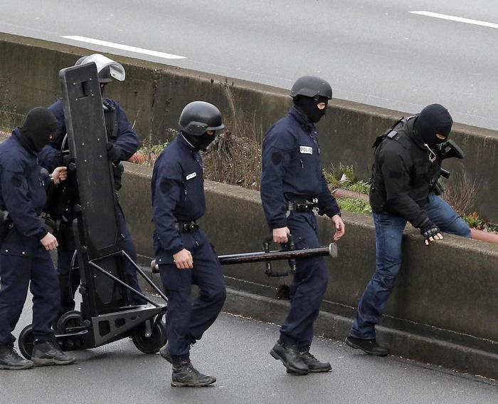 Poliziotti di Parigi uccisi da miliziano Isis