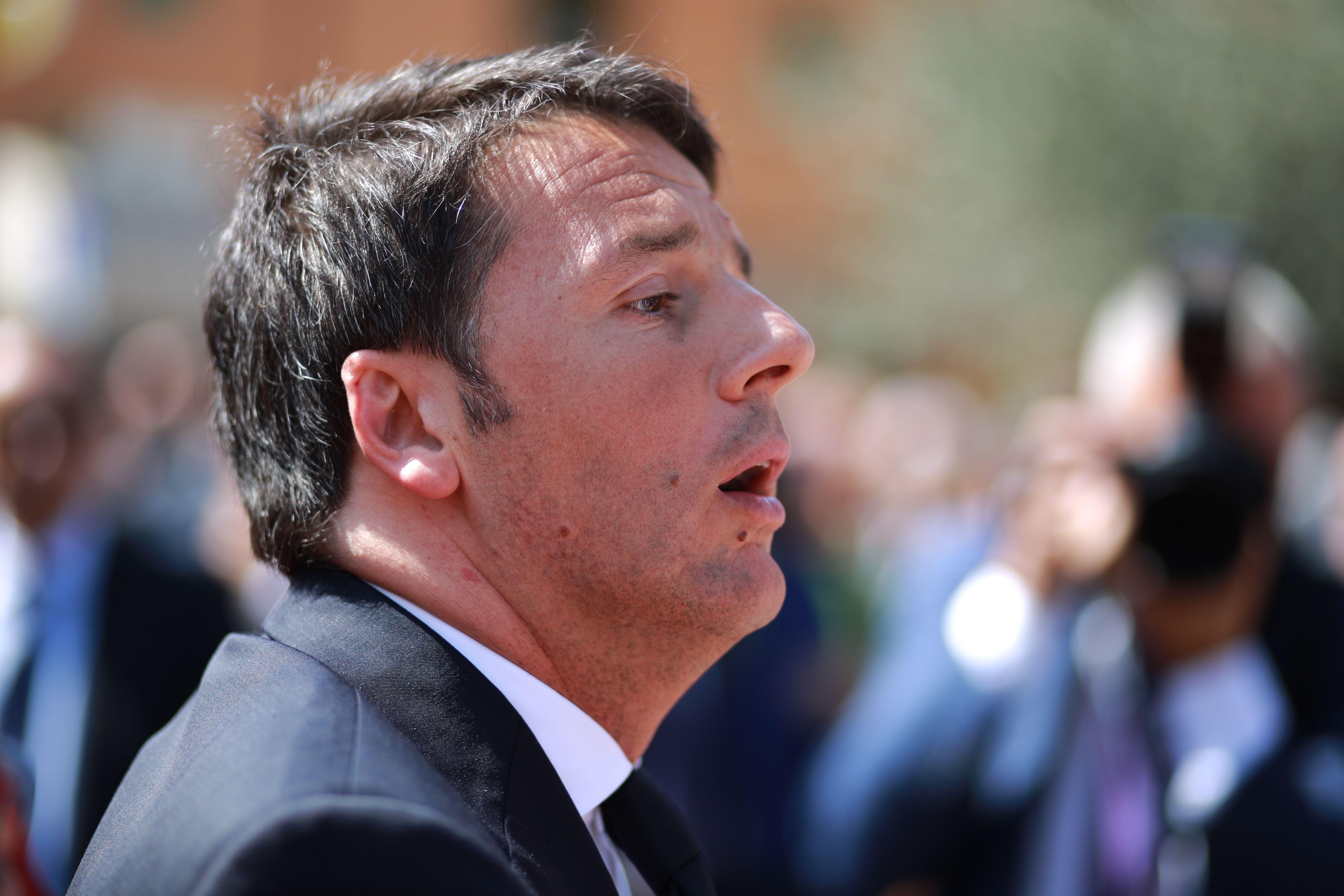 Renzi schiaccia pisolino mentre Valente parla