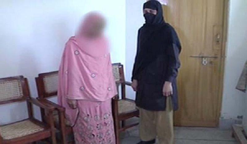 Non vuole sposarla: donna pachistana getta acido su amante