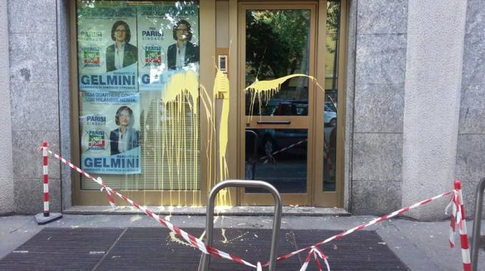 Milano, uova contro sede comitato elettorale Gelmini