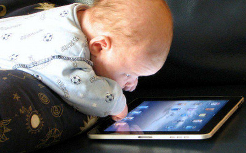 Bimbi e ragazzi insonni per apparecchi tecnologici a letto