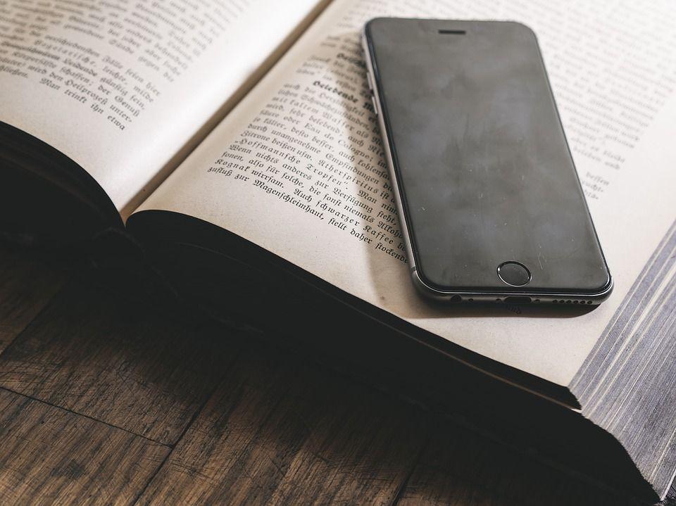 Smartphone a scuola: addio al divieto