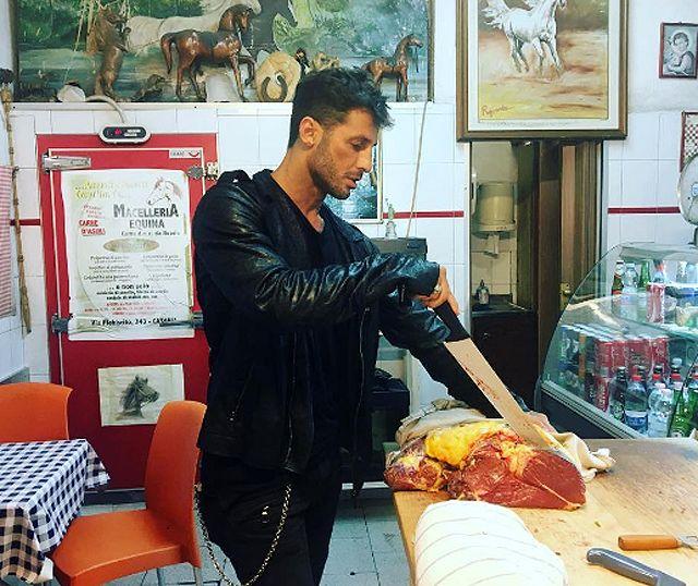 Nina Moric stronca Fabrizio Corona che tagliata carne cavallo