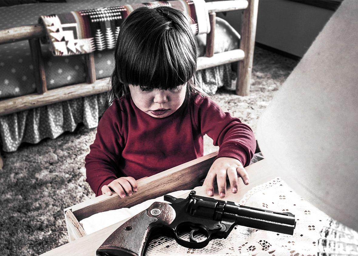 Armi incustodite negli Usa: bimba armeggia con pistola e si suicida