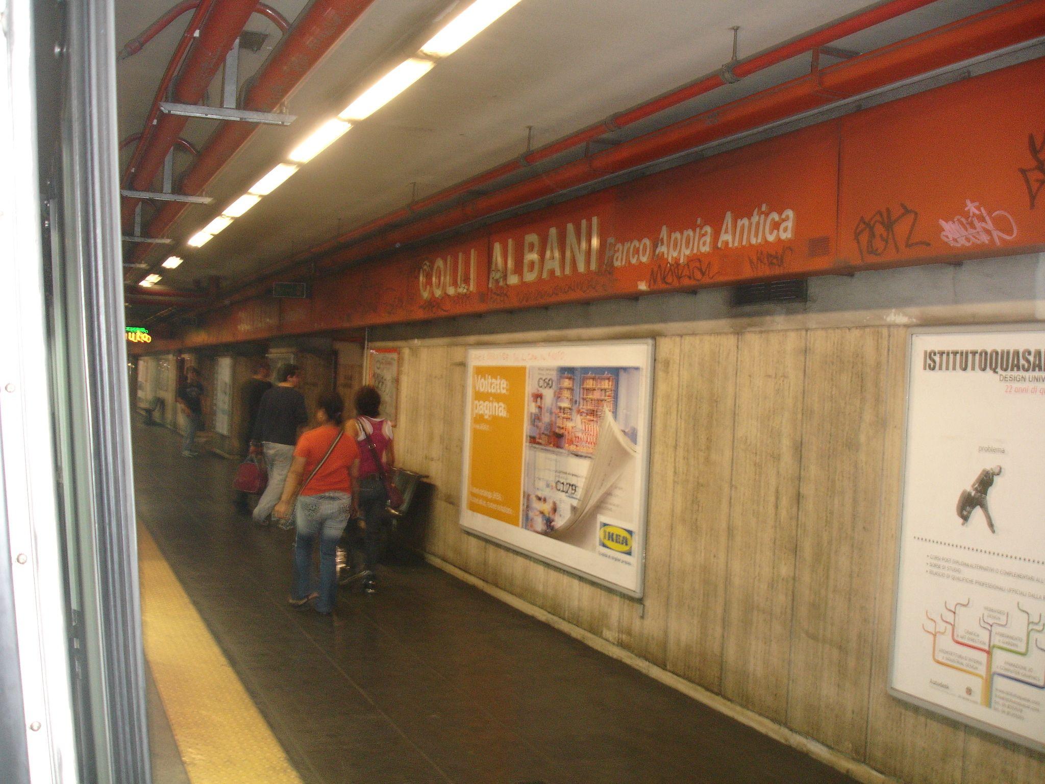 Metro A di Roma: uomo con problemi psichici finisce sui binari