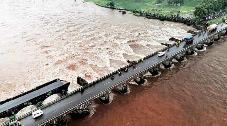 India, vecchio ponte crolla
