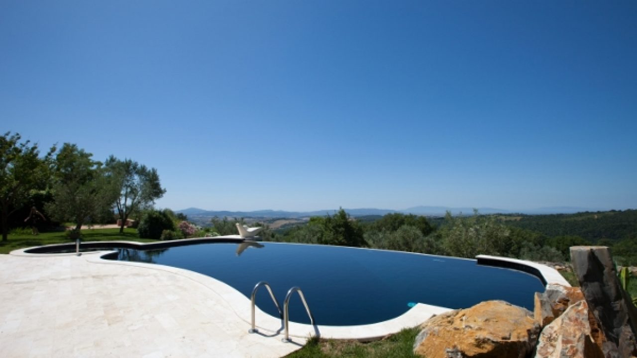 Piscina Su Terreno In Pendenza come scegliere la piscina: tipologie, dimensioni e forma